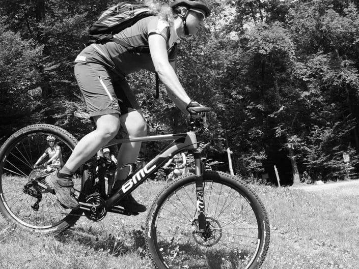 In dem MTB Fahrtechnik Training für Anfänger Level 1 lernt man die Grundposition auf dem Bike.