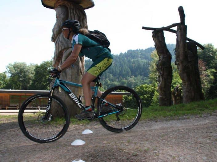 Die richtige Position auf dem Bike ist eine wichtige Trainingseinheit im MTB Fahrtechnik Kurs Level 1.