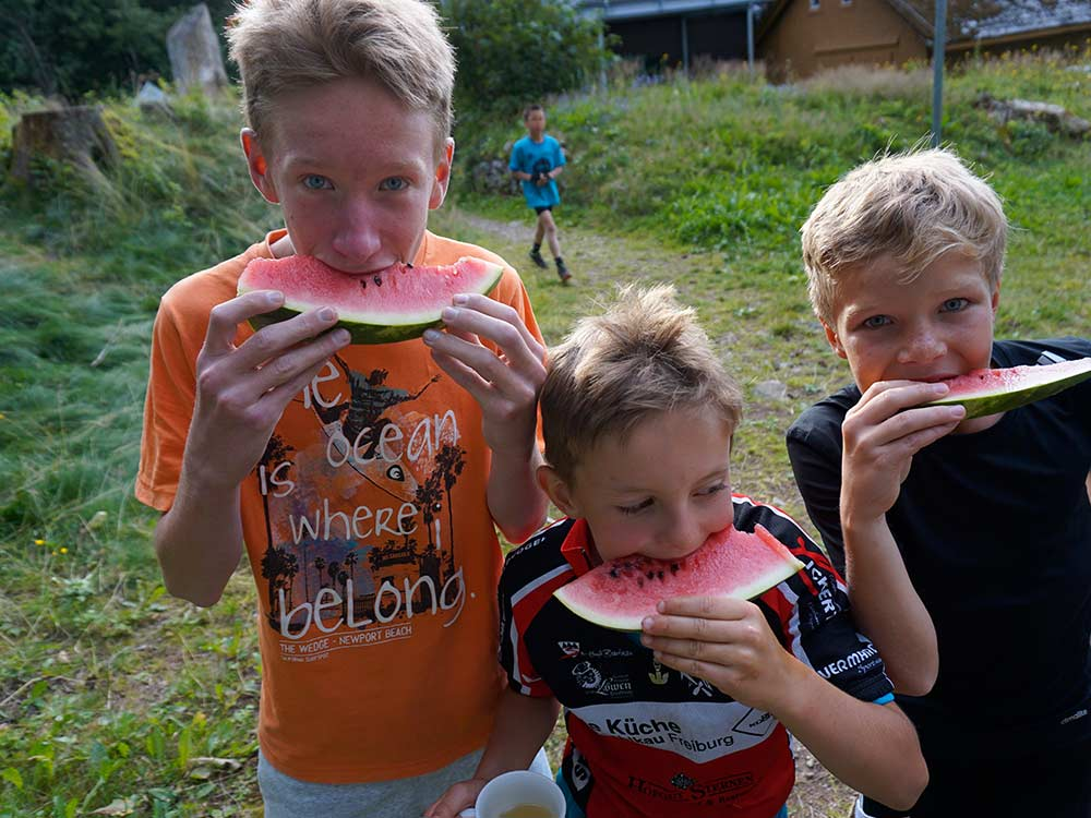 Kinder essen Wassermelone - MTB Fahrtechnik Training