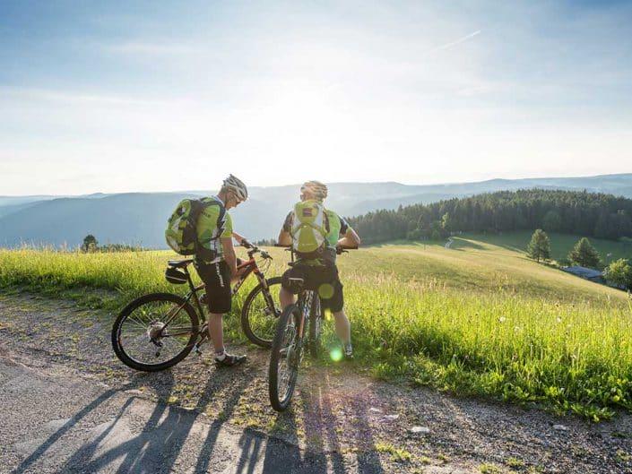 Zwei Mountainbiker genießen die traumhafte Ausblick in der Gegend im Furtwangen im Schwarzwald