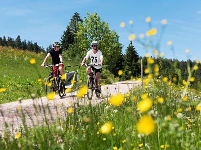 Mountainbiker mit Fahrradanhänger auf Tour durch den Schwarzwald bei Furtwangen.