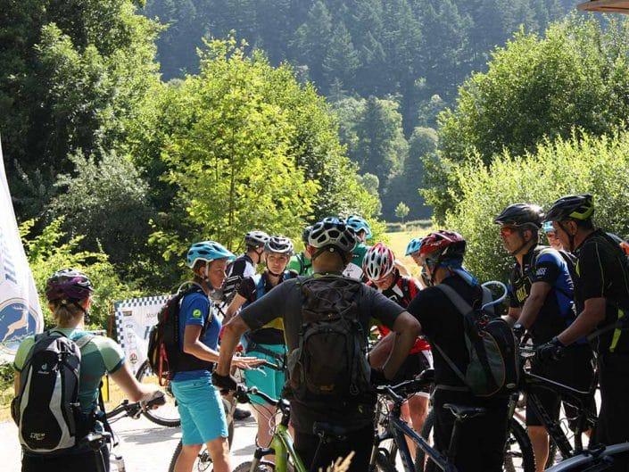 Die Teilnehmer des MTB Fahrtechnik Trainings werden zu Beginn des Kurses gebrieft.