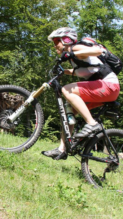 Am Berg anfahren wird während des MTB Fahrtechnik Kurs Level 2 (Fortgeschritten) mit erfahrenen Trainern geübt.