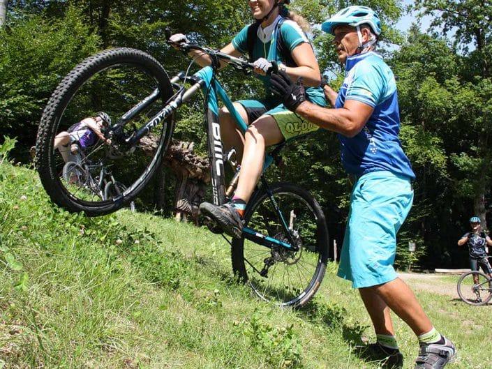 Am Berg anfahren wird bei dem MTB Fahrtechnik Kurs für Fortgeschrittene geübt.