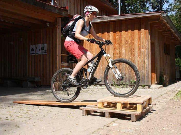 MTB Fahrtechnik Kurs für Fortgeschrittene Übung mit Hindernis Level 2