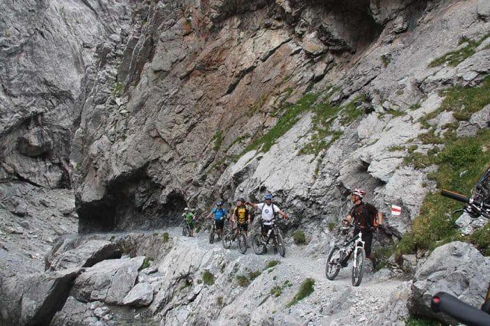 Gruppe Bergtrail Mountainbike Alpencross Tour Schmuggler Expert