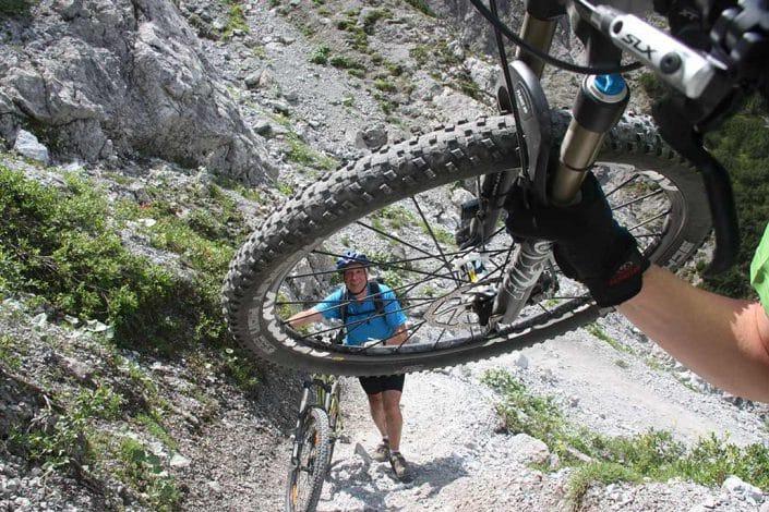 Bike schieben Mountainbike Alpencross Tour Schmuggler Expert