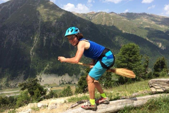 Eva auf dem Besen Mountainbike Alpencross Tour Schmuggler Expert