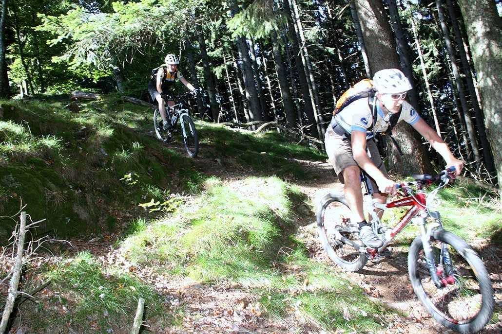 Zwei Mountainbiker bei MTB Tour bei Münstertal