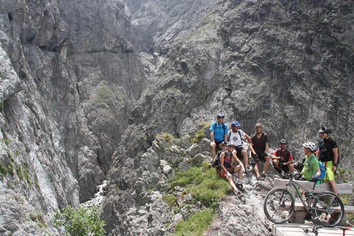 Gruppenbild Mountainbike Alpencross Tour Schmuggler Expert