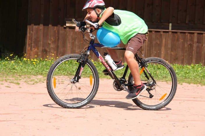 Junge fährt mit Luftballon Mountainbike