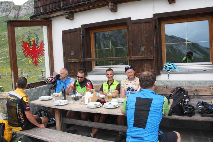 Mittagspause Mountainbike Alpencross Tour Schmuggler Expert