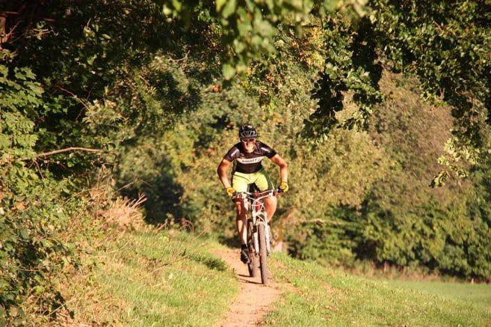 Mountainbiker auf Singletrail in der Sonne in Münstertal