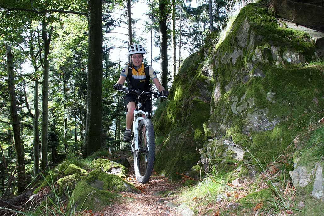 Mountainbikerin auf Singletrail in Münstertal