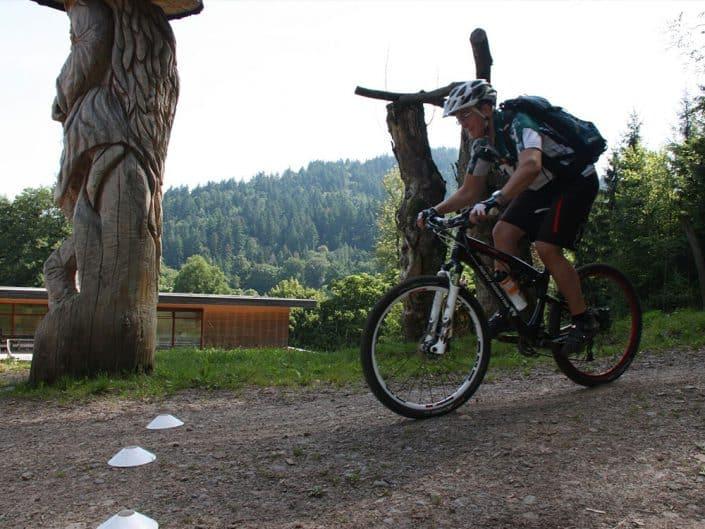 MTBler bei Übung auf dem Bike