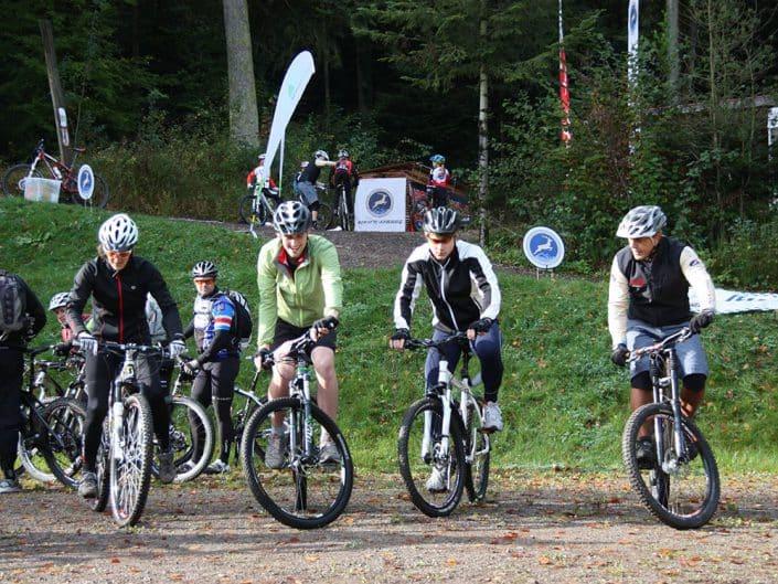 Gruppe von Bikern beim MTB Kurs