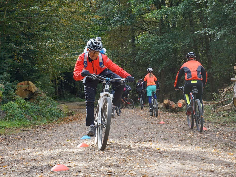 Gleichgewichtsübung auf dem Bike. MTB Fahrtechnik Training mit HIRSCH-SPRUNG