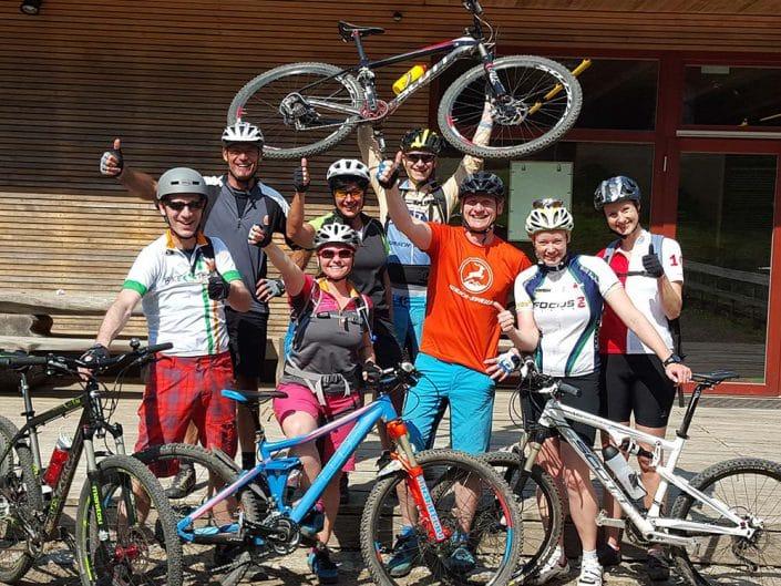 Gruppe von Teilnehmern am MTB Fahrtechnik Wochenende mit HIRSCH-SPRUNG