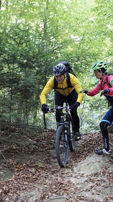 Die richtige Position auf dem Bike, wenn es bergab geht.