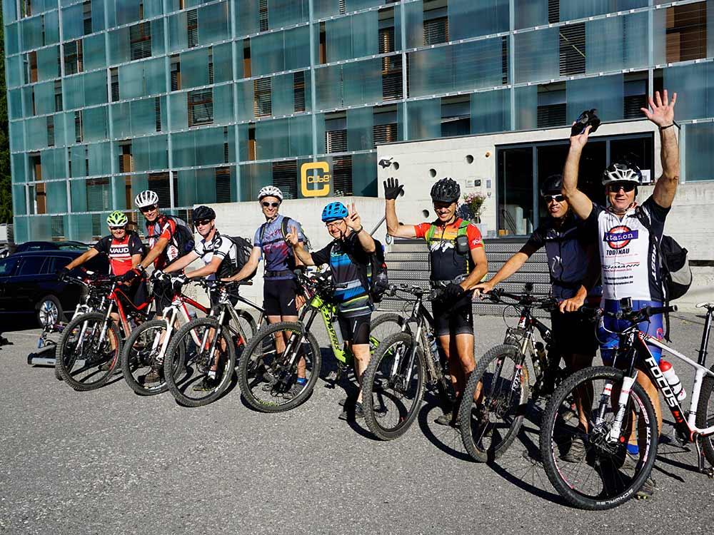 Gruppe Mountainbiketour Alpen Flucht in den Süden