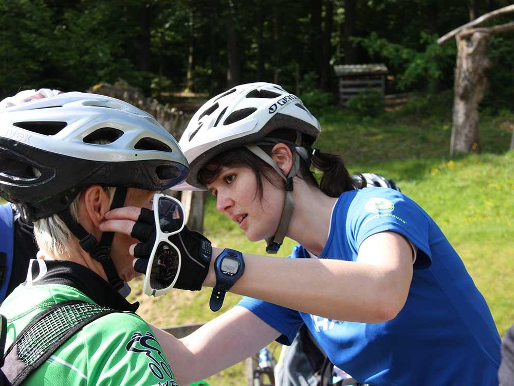 Der Helm-Check ist fester Bestandteil des Personal Training.