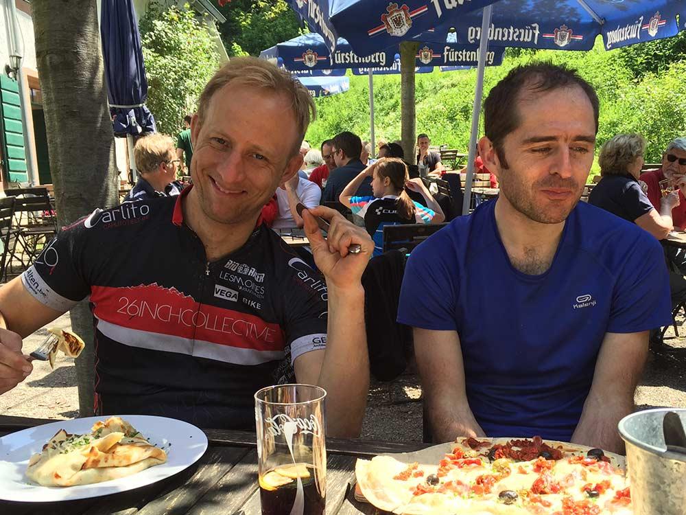MTB Tour im Schwarzwald auf dem Schauinsland - Mittagspause beim Gondel2Trail mit Hirsch-Sprung