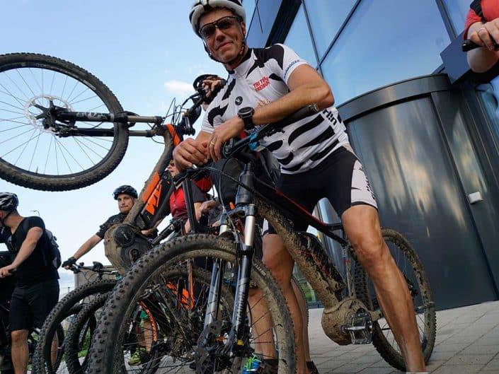 Bei der E-Bike Tour für Gruppen und Firmen kann es auch mal matschig werden.