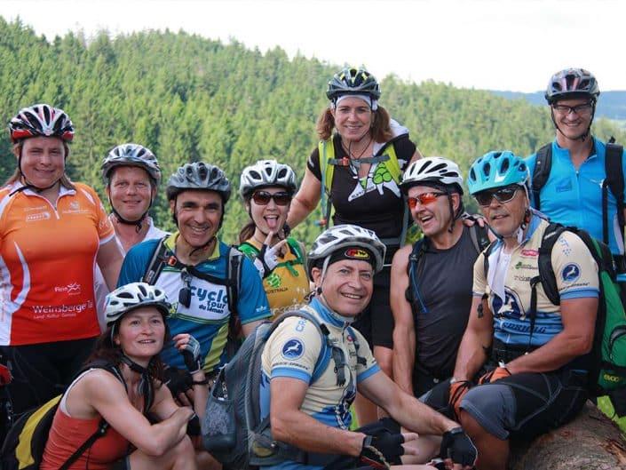 Glückliche Gruppe bei dem HIRSCH-SPRUNG Event