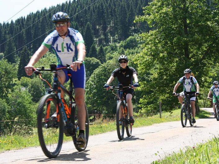 Gruppen und Firmen können mit HIRSCH-SPRUNG Mountainbiken zum Beispiel mit E-Bikes