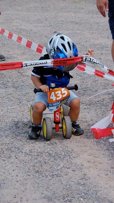 Kind möchte als erstes starten bei der Laufrad Trophy in Furtwangen.