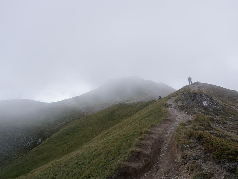 Trail im Nebel Nebel MTB Alpencross Tour Grischa MTB Ride