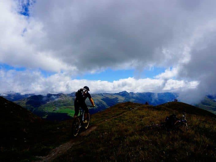 Biken trotz Wolken bei der MTB Reise Alpen Davos