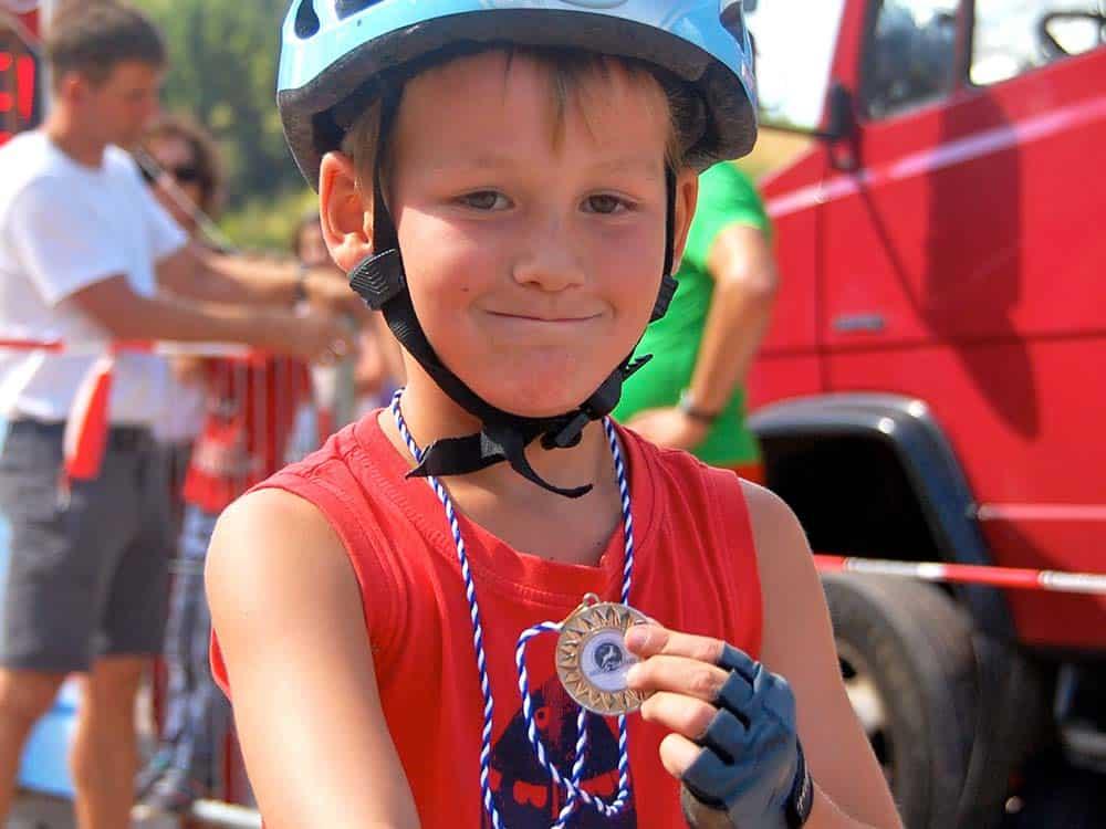 Stolzer Medaillengewinner beim Kinderrennen